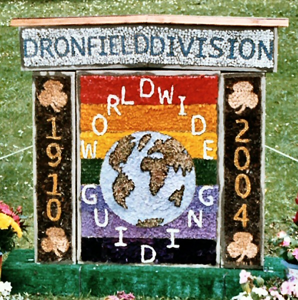 Dronfield Woodhouse 2004 - Brownies & Guides Well Dressing